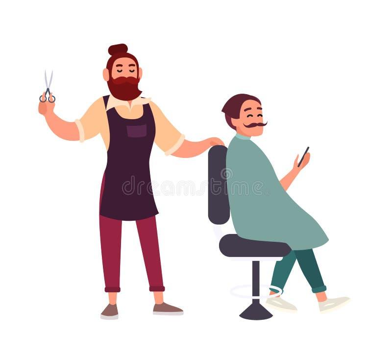 坐在椅子和拿着智能手机的他的客户的逗人喜爱的有胡子的男性美发师切口头发被隔绝在白色 向量例证