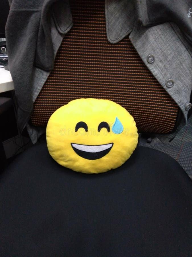 坐在椅子的愉快的哭泣的枕头 库存图片