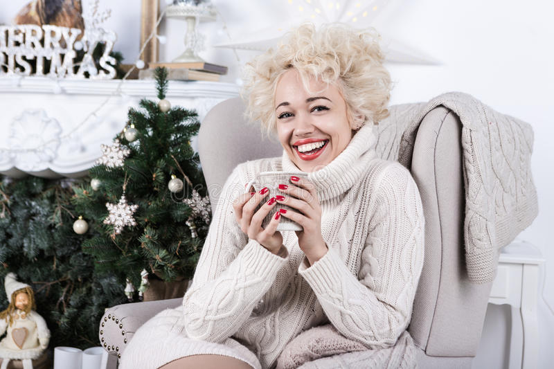 坐在椅子的笑的圣诞节女孩 库存照片