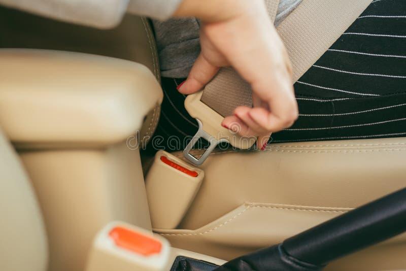 坐在汽车和投入在她的游乐器具的妇女的播种的图象 免版税图库摄影