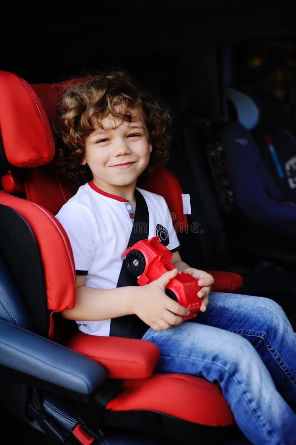 坐在汽车座位的男婴 库存图片
