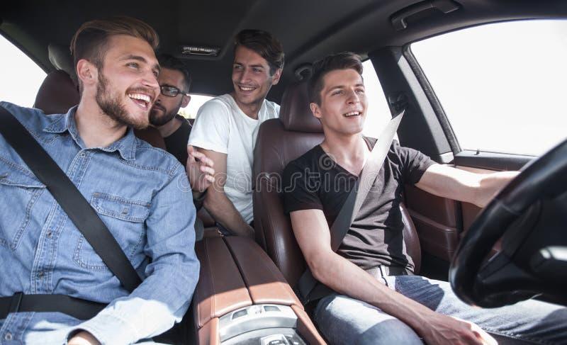 ?? 坐在汽车的一个小组年轻人 库存图片