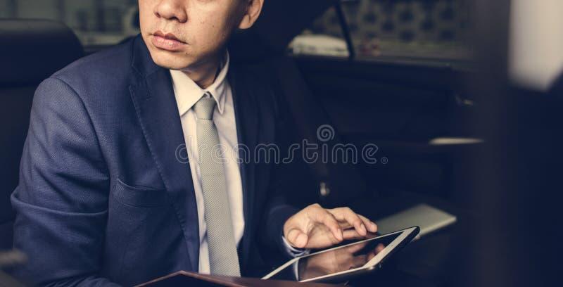 坐在汽车的商人 免版税库存照片