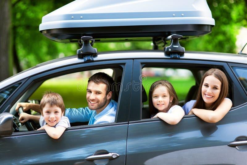 坐在汽车的家庭 免版税库存照片