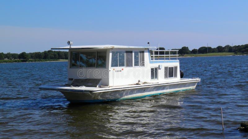 坐在海湾的小居住船 免版税库存照片