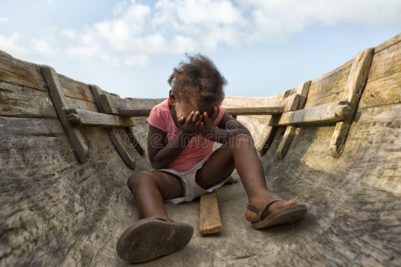 坐在独木舟的女孩在洪都拉斯 库存图片