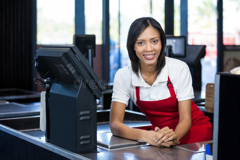坐在现金柜台的女职工 库存图片