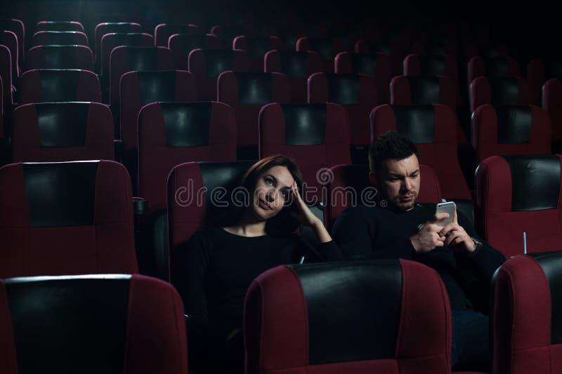 坐在电影院的年轻白种人夫妇. 喜悦, 夜生活.