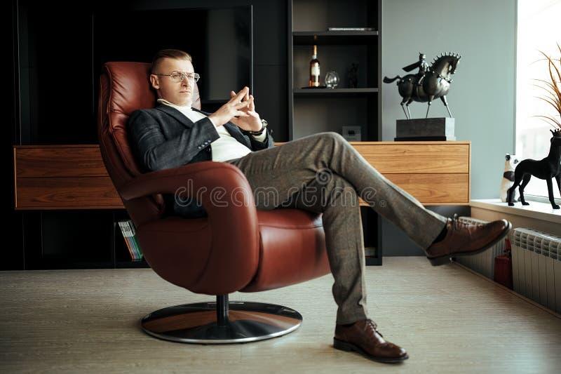 坐在皮椅上的老板 库存图片