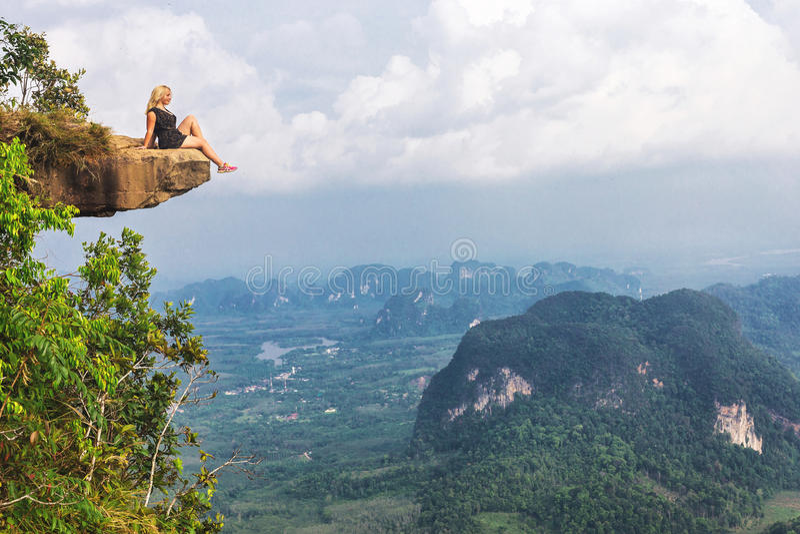坐在石岩石的女孩 美丽如画的观察点 库存图片