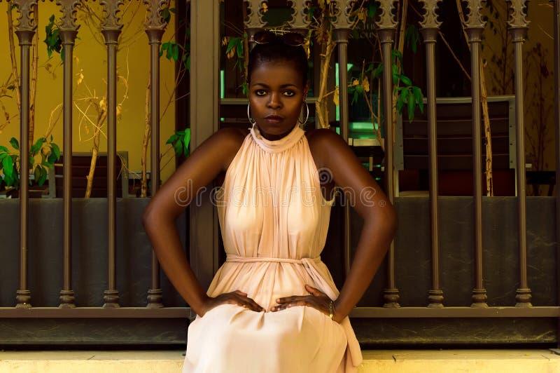 坐在篱芭附近的肯尼亚妇女 免版税库存照片