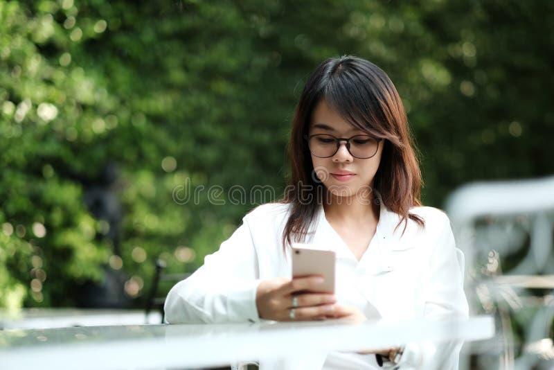 隔壁少妇淫荡��h�_坐在绿色公园和h的少妇佩带的玻璃. 本质, 通信.