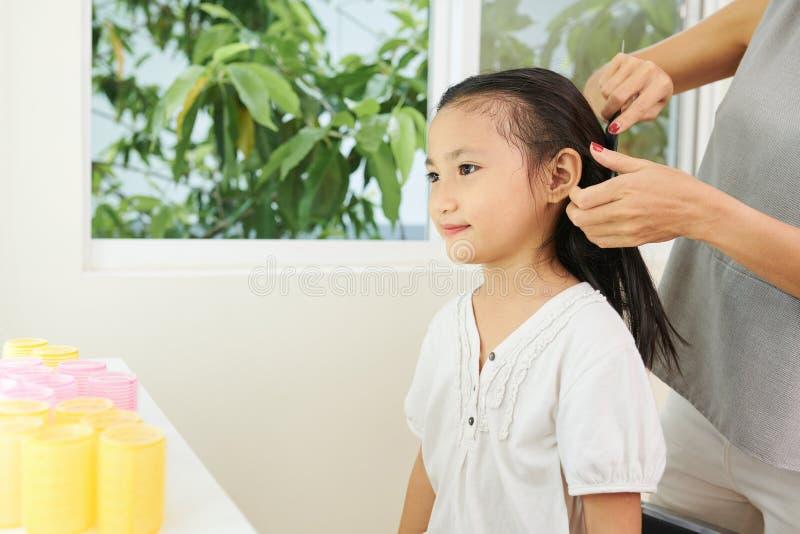 坐在美发店的女孩 库存照片