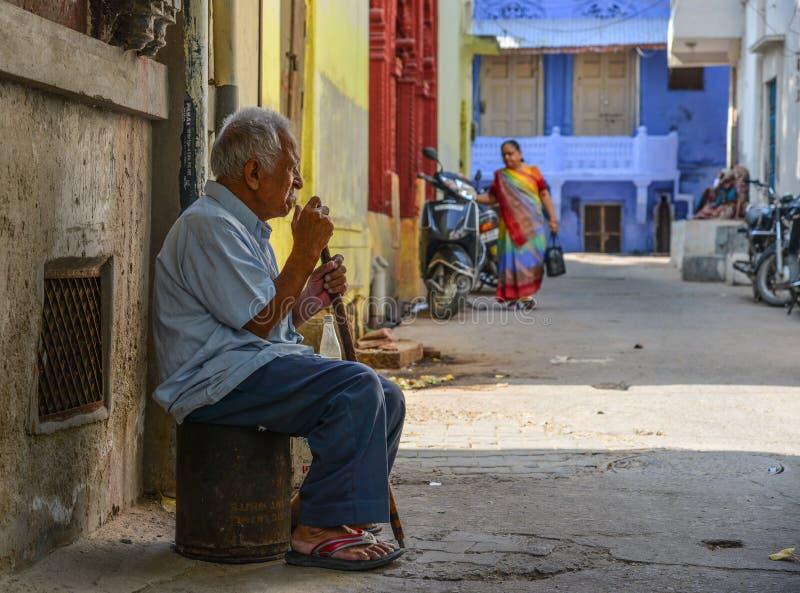 坐在老镇的一个人在乔德普尔城,印度 库存照片