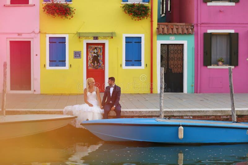 坐在船坞的新郎和新娘 免版税库存照片