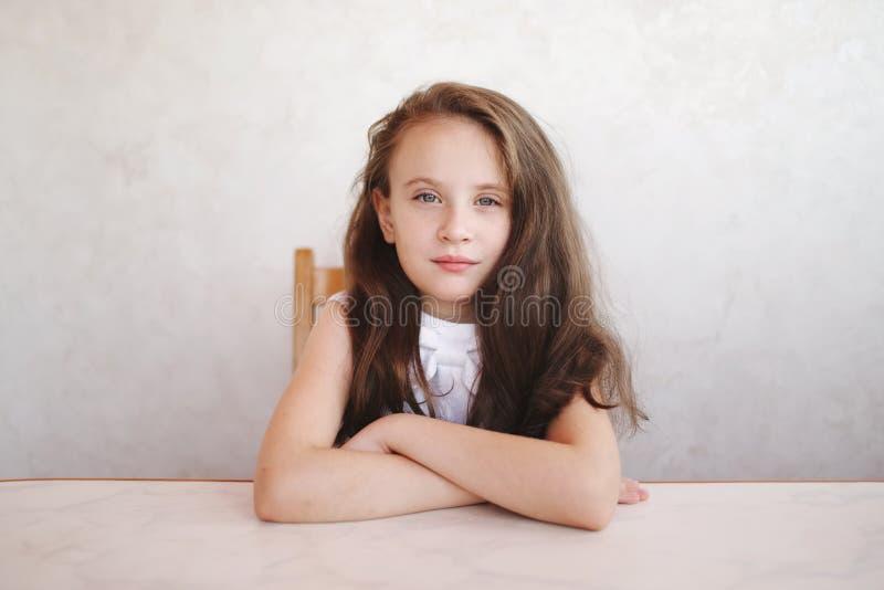坐在表的小女孩 库存图片