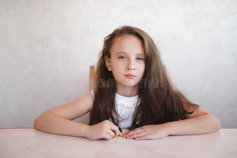 坐在表的小女孩 图库摄影