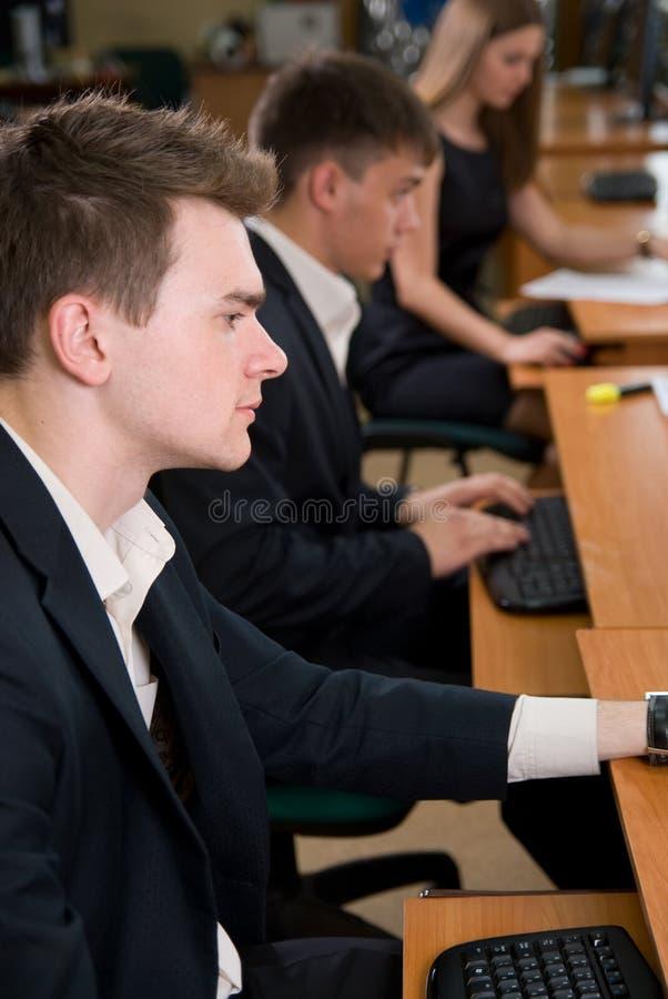 坐在表的新商人 免版税库存图片