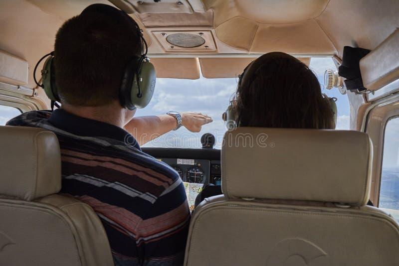 坐在赛斯纳skyhawk 172飞机驾驶舱内的两名飞行员  免版税库存图片