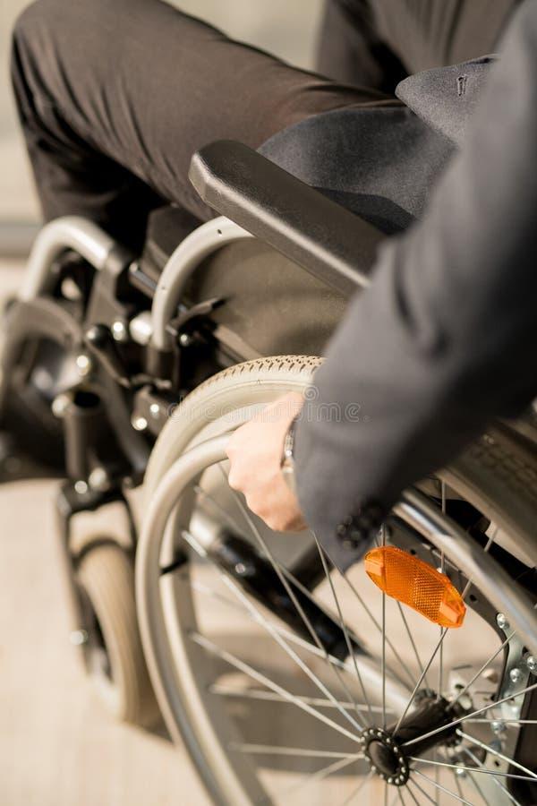 坐在轮椅的人 免版税库存照片