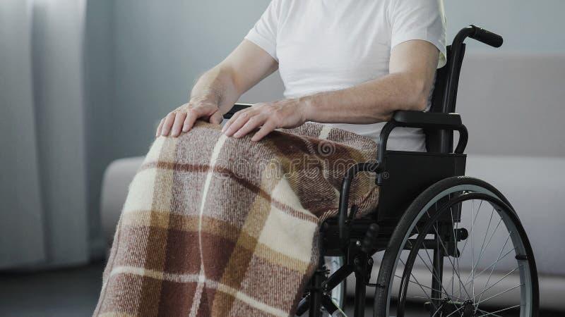 坐在轮椅的老人在康复中心,遭受的健康问题 免版税库存图片