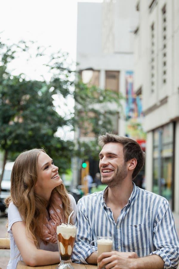 坐在边路咖啡馆的夫妇 图库摄影