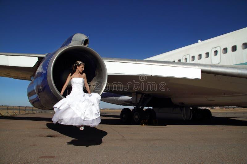 坐在退休的商业飞机引擎的新娘  免版税库存图片