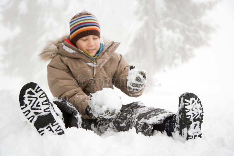 Download 坐在雪的男孩 库存图片. 图片 包括有 淘气, 逗人喜爱, 种族, 本质, 布琼布拉, 查找, 冻结, 浓度 - 62534799