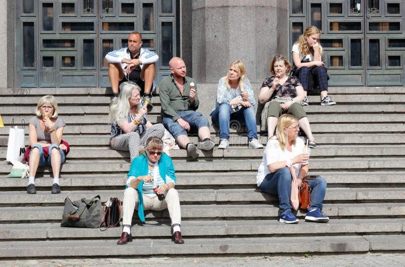 坐在音乐厅外的人们 库存照片