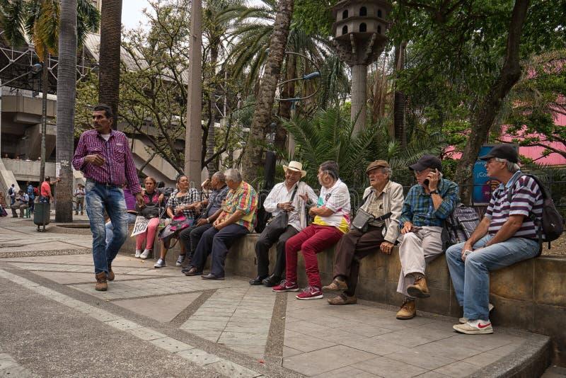 坐在麦德林哥伦比亚Berrio公园的人们  库存照片