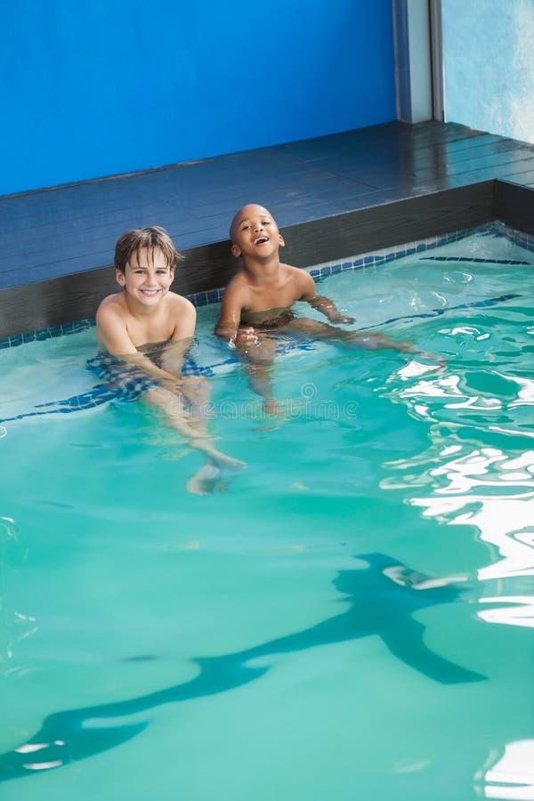 坐在水池的小男孩 免版税库存图片