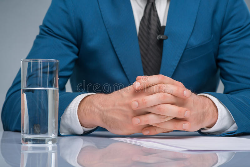 坐在他的工作场所的新闻记者 库存图片
