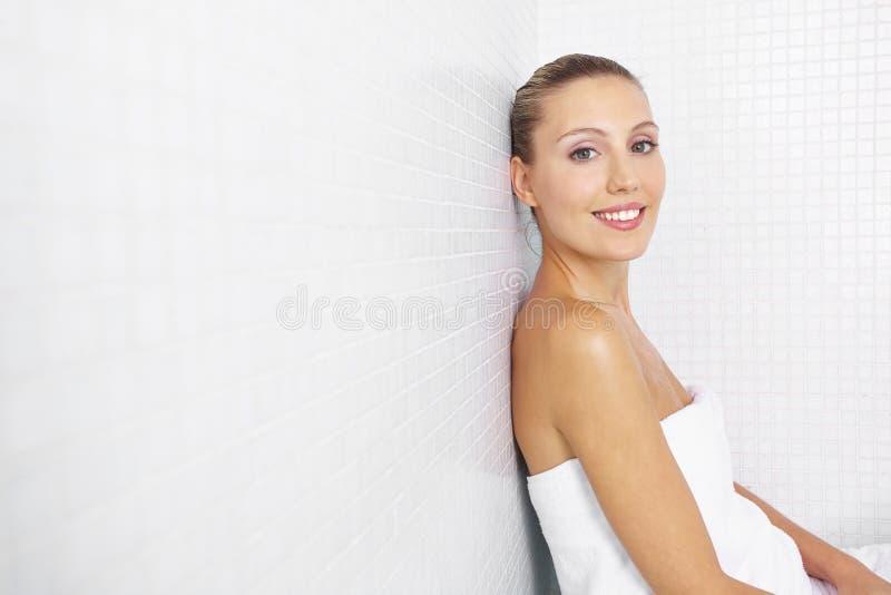 坐在浴的微笑的妇女 库存图片