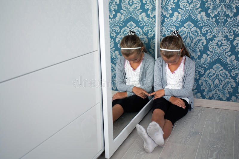 坐在corne的一点悲痛的女孩 免版税库存照片