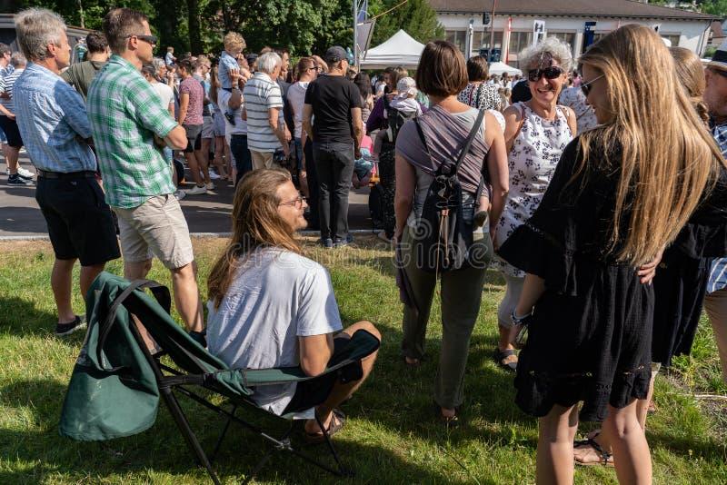 坐在deckchair,当等待对长篇演说在Jugendfest布鲁格Impressionen时 免版税库存照片