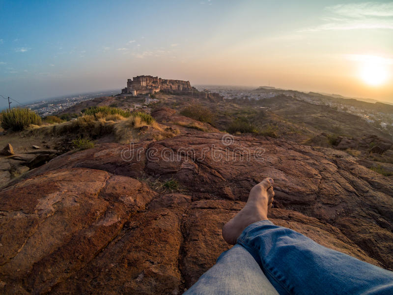 坐在Mehrangarh堡垒前面的旅行家 免版税库存图片
