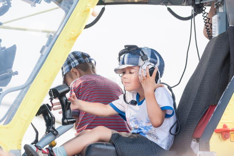 坐在MI-8直升机的客舱的小男孩 免版税库存图片