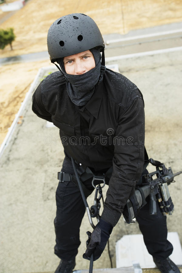坐式下降法特警队的官员 免版税库存照片
