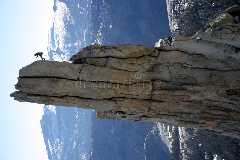 坐式下降法的登山人 免版税库存图片