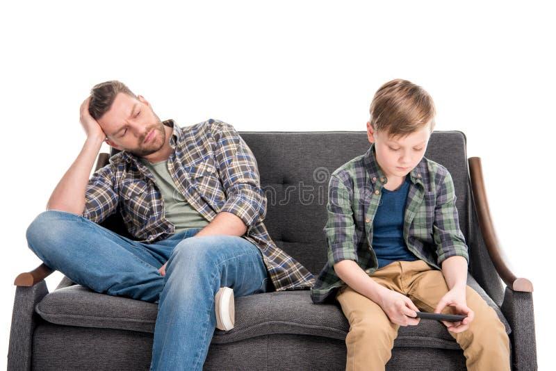 坐沙发和看儿子的生气父亲使用智能手机,家庭问题概念