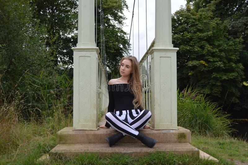 坐由桥梁 免版税库存照片