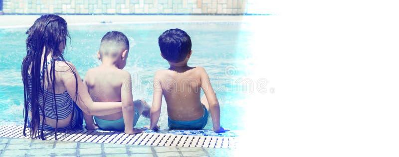 坐由水池的女孩和小男孩 暑假概念 文本的空间 库存图片