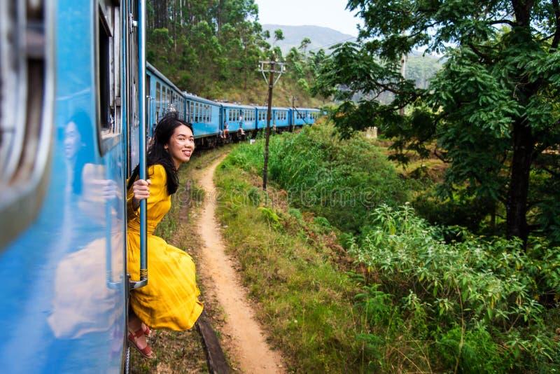 坐由火车门斯里兰卡的妇女 库存图片