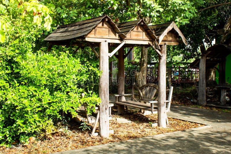 坐的凹室在公园 免版税库存图片