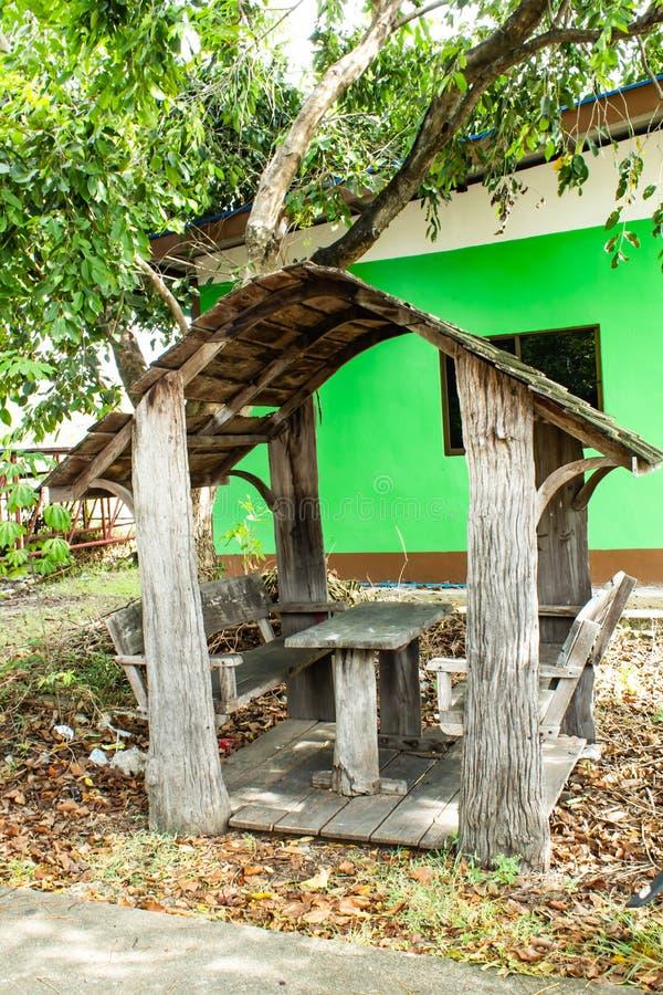 坐的凹室在公园 库存图片