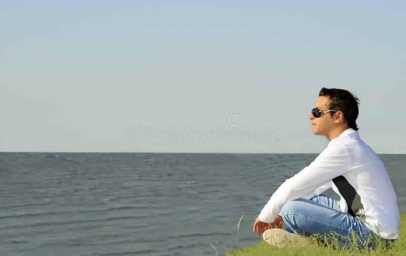 坐的单独查找的人海运 免版税图库摄影