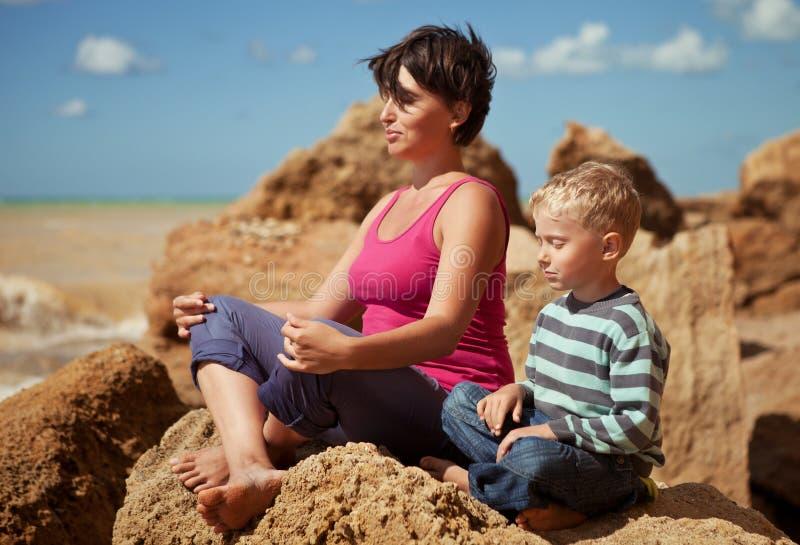 坐的放松姿势的母亲和儿子 免版税库存图片
