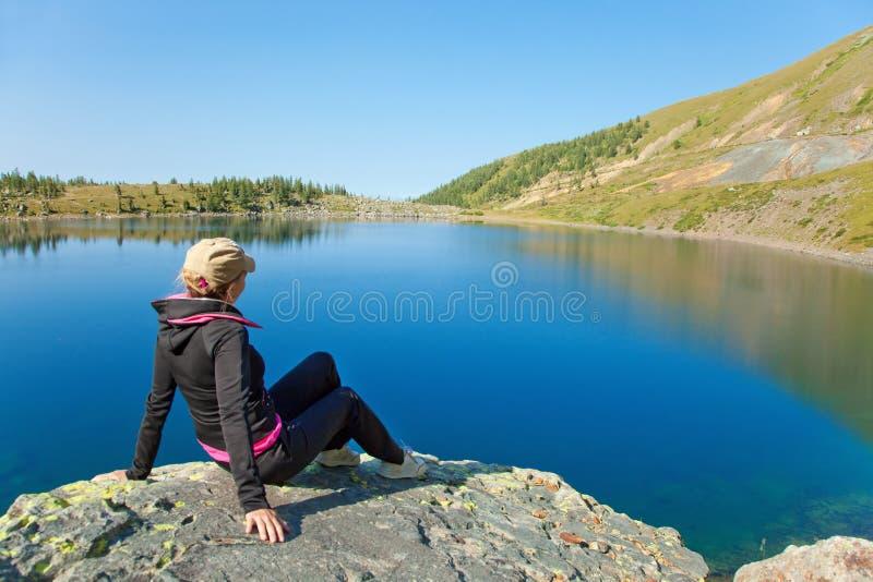 Download 坐的石妇女 库存照片. 图片 包括有 蓝色, 人们, 快乐, 岩石, 女演员, 被砍的, 户外, 田园诗 - 15676534