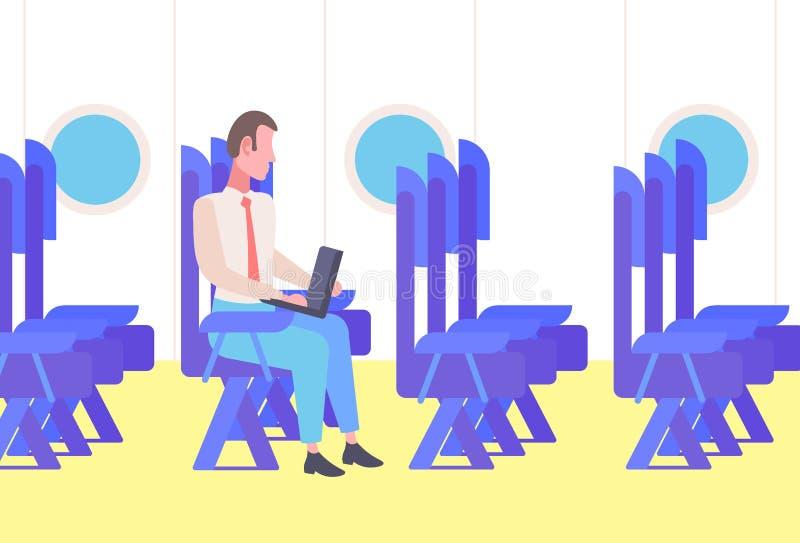 坐舒适的位子的飞机的商人乘客使用膝上型计算机工作在出差期间的人企业家 向量例证