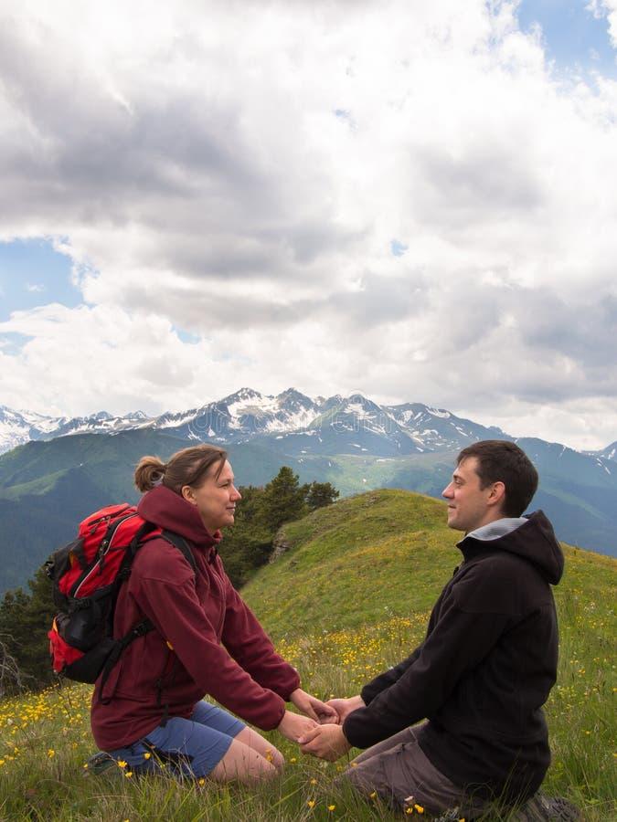 坐草和握手的两青年人 免版税库存图片